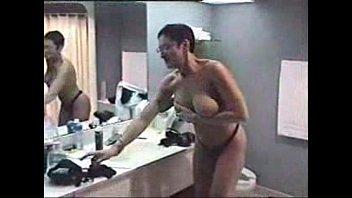 Ненасытная мамуля демонстрирует на камеру высокооплачиваемый минетик