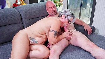 Рыжая старуха с татуированным телом занимается сексом с двойным самотыком
