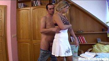 Лысый партнер с татухами на теле выполняет куни мексиканке и дерет её в пизду