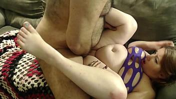 Два бритоголовых качка ебают во все дырки на кроватки молодую брюнеточку с тату и кончают в ее приоткрытый рот