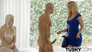 Женщина в чулках сексуально танцует и онанирует перед вебкамерой
