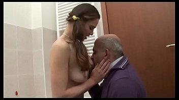 Мать склоняет девчонку к лесбийскому сношению