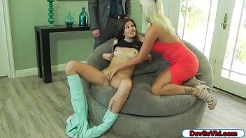 Студенточка в полосатых чулках занимается сексом с однокурсником