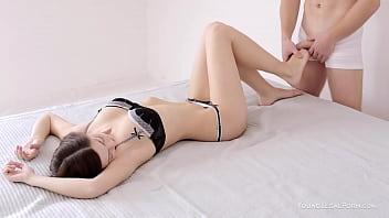 Парень помогает онанировать секс забавками азиатке в трусах