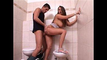 Шатенка с волосатым лобком занимается с мужиком анальным сексом