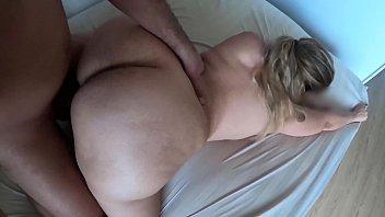 Женщина обнажилась на порно пробах и отсосала