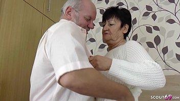 Белый мускулистый парень ебет озорную негритоску в юбченке на кроватки