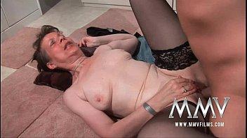 Ненасытная баба облизывает фаллосы и трахается с двумя татуированными ухажерами