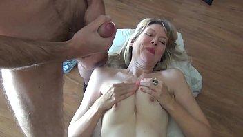 Женщина решилась на близость перед камерой после позирования в трусиках