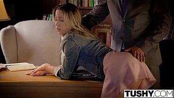 Молодая домработница вынула из джинсов член 30летнего хахаля и он поимел её в попка