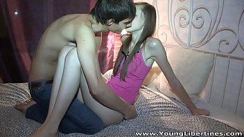 Молодая сестра отсосала приличных размеров фаллос брата
